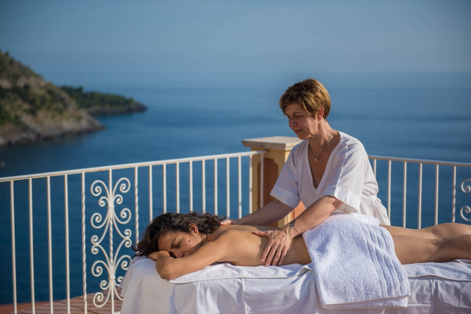 Massage in front of sea