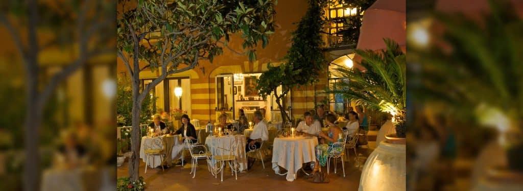 ristorante all'aperto di sera