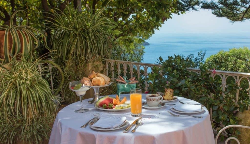 Colazione davanti al mare dell'Hotel Villa Cheta di Maratea